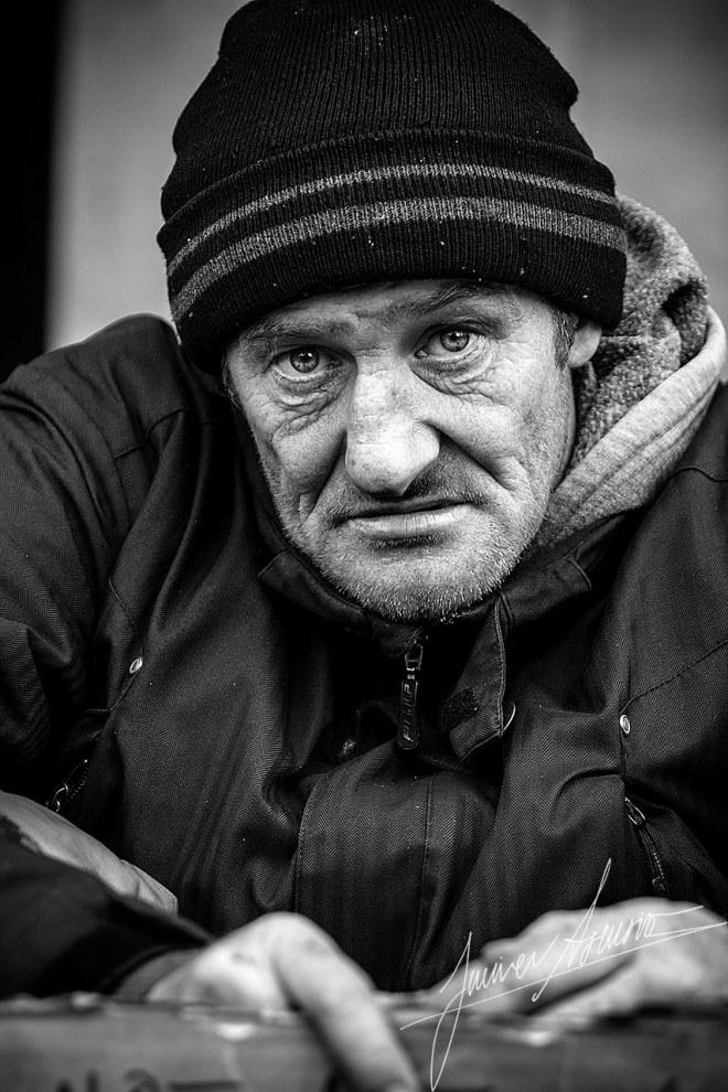 Foto 3 – FINALISTA • Autor: • Javier Asensio Juárez • Descripción de la obra: Esta fotografía forma parte de una serie de retratos. Todas las personas retratadas se encuentran en la calle, pidiendo limosna. Con estas fotografías pretendo acercar a una clase media la situación de estas personas, y hacer ver que su situación no está tan alejada de nuestra realidad como normalmente creemos.